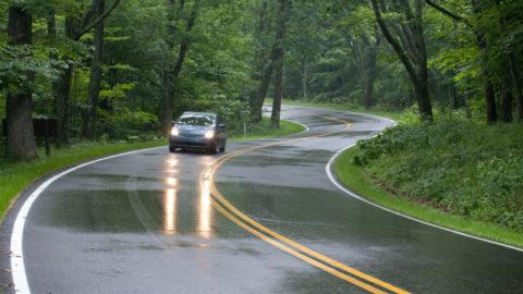 Ko je jači kada pada kiša: zimske ili letnje gume?