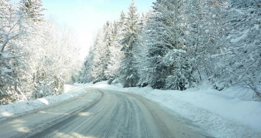 Planinski put prekriven snegom zahteva zimske gume